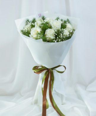 ช่อดอกกุหลาบขาวแซมดอกยิปโซ ผูกริบบิ้นสวยงาม