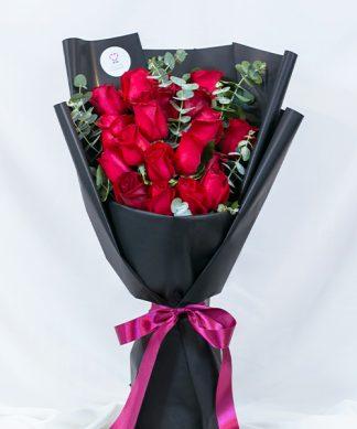 ช่อดอกกุหลาบแดง ห่อด้วยกระดาษสีดำ ให้ความรู้สึกลึกลับและโรแมนติก