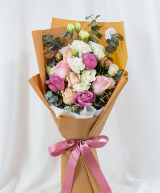 ช่อดอกกุหลาบ 3 สี ขาว ชมพู และส้ม จัดเป็นทรงสูง ตกแต่งด้วยริบบิ้นชมพู