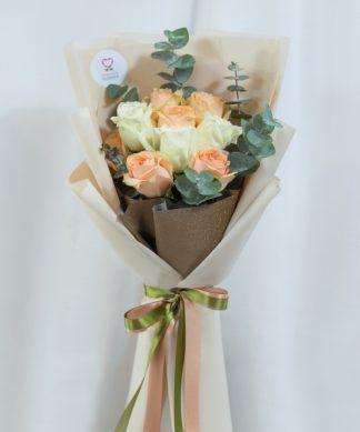 ช่อดอกกุหลาบสีองสี จัดด้วยกุหลาบขาวและส้ม ห่อด้วยกระดาษสีน้ำตาล