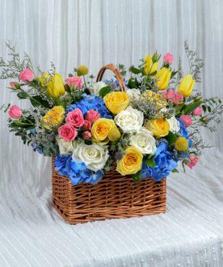 กระเช้าดอกไม้ขนาดใหญ่จัดแต่งหลากโทนสี