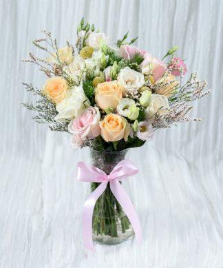 แจกันดอกกุหลาบจัดแต่งอย่างหลากสี