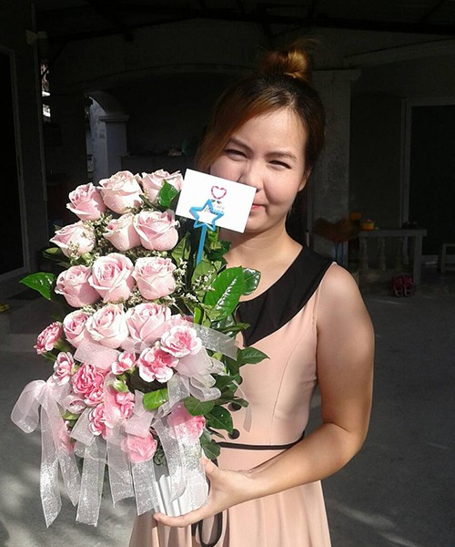แจกันดอกไม้สีจัดจ้าน สวยงาม