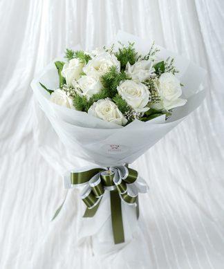 ช่อดอกกุหลาบขาวแสดงรักบริสุทธิ์