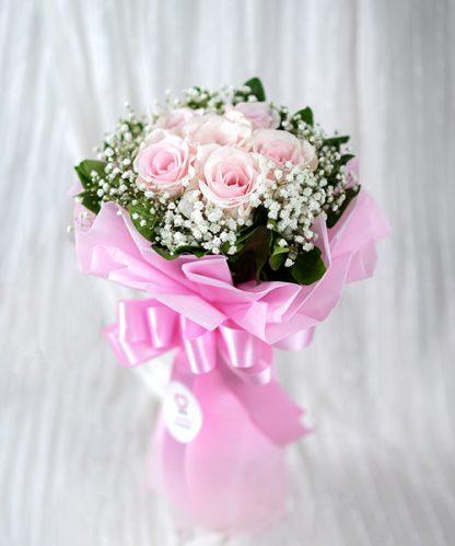 ช่อดอกุหลาบสีชมพูแสดงความรักจากใจ