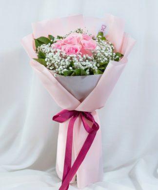 ช่อดอกกุหลาบสีชมพูหวาน แซมด้วยดอกยิปโซที่ผู้หญิงชอบ