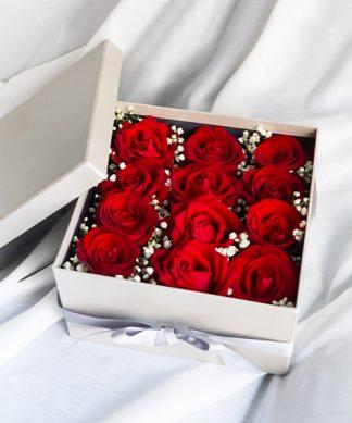 กล่องใส่ดอกไม้ ประกอบด้วยดอกกุหลาบสีแดงจำนวน 12 ดอก