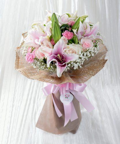 ช่อดอกไม้สีชมพูมอบให้คนรัก