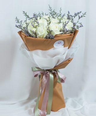 ช่อดอกกุหลาบสีขาว 20 ดอก ผูกด้วยริบบิ้นสองสี น้ำตาลและเทา