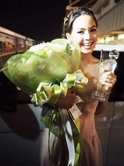 ช่อดอกไม้โทนสีขาวเขียว สีโปรดของคุณญาญ่า อุรัสยา สั่งโดยคุณปุ๊ก ญาญ่า FCเพื่อแสดงความยินดีที่ญาญ่าได้รับรางวัลป๊อปปูลาร์โหวตในงานคมชัดลึกอวอร์ดค่ะ