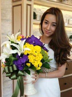 แจกันดอกไม้สีสดใส จัดส่งให้คุณมุกที่ร้าน Lecellist Skin แถวเอกมัยค่ะ แจกันทรงนี้ลูกค้าชอบมาก ขายดีสุดๆค่ะ