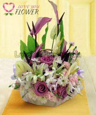กระเช้าดอกไม้ Cody ดอกกุหลาบม่วง ลิลลี่ขาว