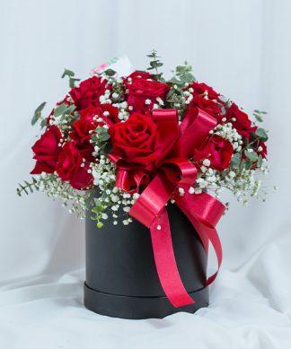 กุหลาบแดง 20 ดอก จัดมาในกล่องทรงกระบอกสีดำ ตกแต่งด้วยริบบิ้น