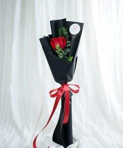 ช่อดอกกุหลาบสีแดง จัดแบบ 1 ดอก ห่อด้วยกระดาษสีดำ