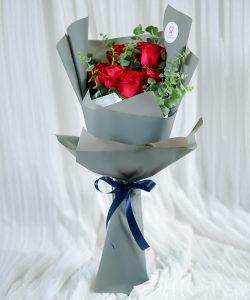 ช่อดอกไม้สด จัดด้วยดอกกุหลาบสีแดง 7 ดอก