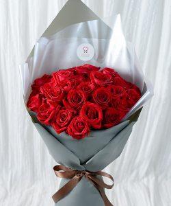 ช่อดอกไม้สด จัดด้วยดอกกุหลาบ 40 ดอก จัดแบบทรงสูง ห่อกระดาษสีเทา