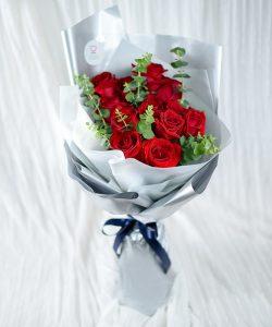 ช่อดอกกุหลาบสีแดง 12 ดอก ห่อด้วยกระดาษสีเงิน