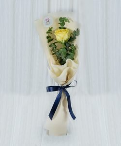 ช่อดอกกุหลาบสีเหลือง จัดแบบ 1 ดอก ห่อด้วยกระดาษสีครีม