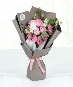 ช่อดอกไม้สด จัดด้วยดอกกุหลาบสีชมพู 7 ดอก แซมด้วยดอกไลเซนทัส