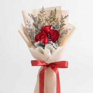 ช่อดอกกุหลาบสีแดง จัดด้วยดอกกุหลาบ 3 ดอก