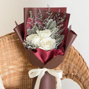 ช่อดอกกุหลาบสีขาว จัดด้วยกุหลาบ 3 ดอก