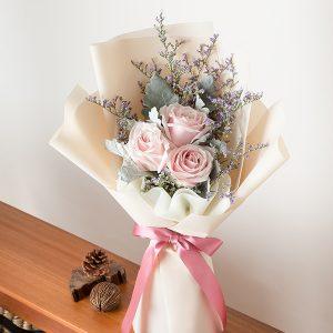 ช่อดอกกุหลาบสีชมพู จัดด้วยกุหลาบ 3 ดอก ห่อกระดาษสีครีม