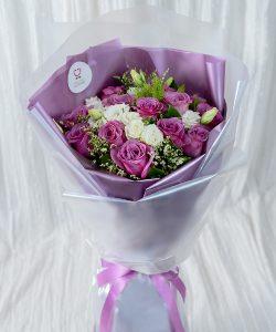ช่อดอกไม้สด รหัส A174 จัดด้วยดอกกุหลาบสีขาวและม่วง