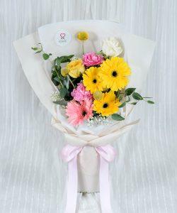 ช่อดอกไม้สด จัดด้วยดอกเยอบีร่าสีเหลืองและสีชมพู