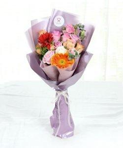 ช่อดอกไม้สด จัดด้วยดอกเยอบีร่าสีส้มและสีแดง