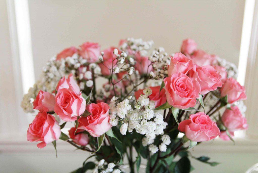 ช่อดอกกุหลาบสีชมพู แซมด้วยดอกยิปโซ