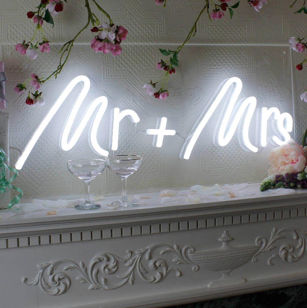 ป้ายไฟนีออนที่จะช่วยเพิ่มความแปลกใหม่ ให้งานแต่งของคุณไม่เหมือนใคร