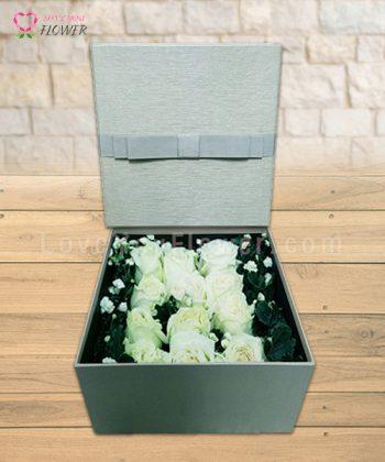 กล่องสีเทาดอกสีขาว