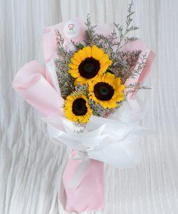 ช่อดอกไม้สด จัดเป็นช่อขนาดเล็กทรงสูงด้วยดอกทานตะวัน 3 ดอก