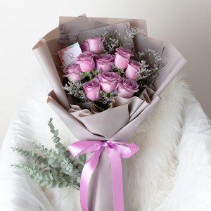 ช่อดอกไม้โทนสีม่วง จัดด้วยดอกกุหลาบสีม่วง
