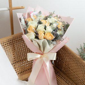 ช่อดอกไม้สด จัดด้วยดอกกุหลาบสีขาวและสีส้ม