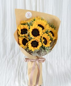 ช่อดอกทานตะวัน รหัส A240 จัดด้วยดอกทานตะวันล้อมด้วยดอกยิปโซ