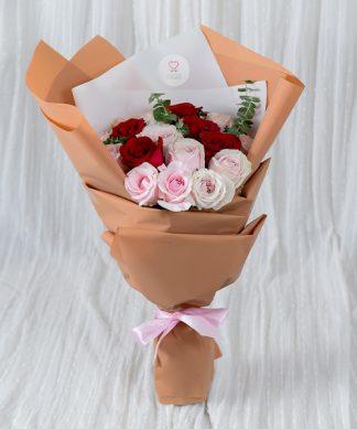ช่อดอกกุหลาบจัดแต่งสวยงาม