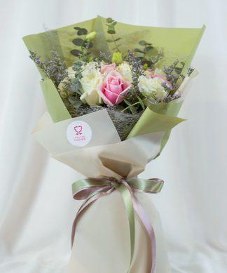 ช่อกุหลาบขาวสลับชมพู แซมด้วยดอกแคมเปียร์และดอกไลเซนทัส