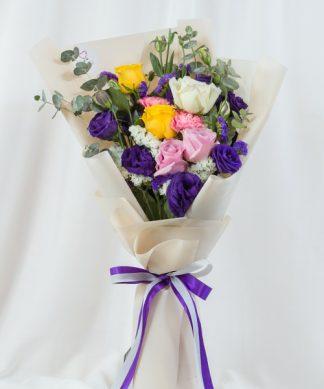 ช่อดอกไม้คละชนิด ประกอบด้วยกุหลาบ ไลเซนทัส คาร์เนชั่น และสแตติส
