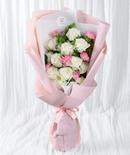 ช่อดอกกุหลาบสีชมพูจัดแต่งสวยงาม