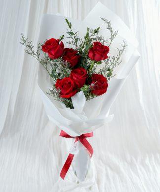 ช่อดอกกุหลาบสีแดงแสดงความรัก