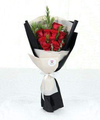 ช่อดอกกุหลาบสีแดงจัดแต่งสวยงาม