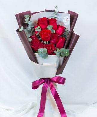 ช่อไม้ขนาดกลาง จัดด้วยดอกกุหลาบสีแดงสด ตกแต่งด้วยริบบิ้มแดง