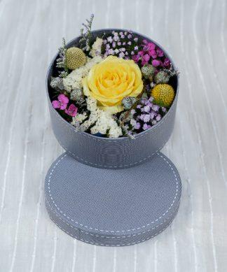 กล่องดอกไม้ขนาดเล็กจัดแต่งสวยงาม