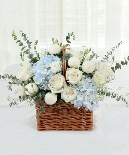 กระเช้าดอกกุหลาบสีขาว