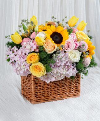 กระเช้าดอกไม้จัดแต่งหลากสี