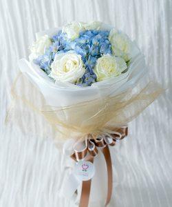 ช่อดอกไม้สด จัดด้วยดอกกุหลาบสีขาว