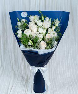 ช่อดอกไม้สด จัดเป็นทรงสูงด้วยดอกกุหลาบสีขาว