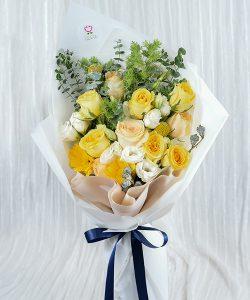 ช่อดอกไม้สีเหลือง จัดด้วยดอกกุหลาบและดอกเยอบีร่า