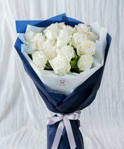 ช่อดอกกุหลาบสีขาวล้วน จัดมาในห่อกระดาษสีน้ำเงิน
